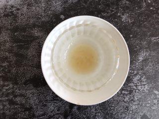 芒果慕斯蛋糕,把泡软的吉利丁片隔热水融化