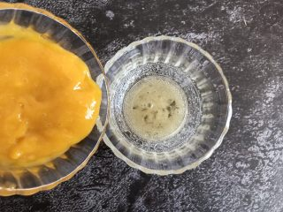 芒果慕斯蛋糕,把打好的果泥倒入吉利丁中