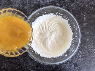 芒果慕斯蛋糕,把搅拌好的果泥放入淡奶油中