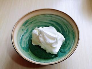 6寸蝶豆花戚风蛋糕,取三分之一的蛋白霜加入蛋黄糊中,翻拌手法直至看不到蛋白霜。
