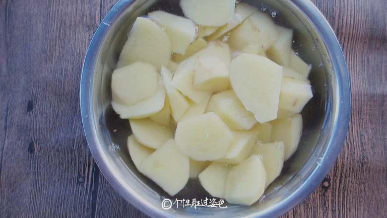 回锅香辣土豆块,用清水反复冲洗几遍,去除淀粉