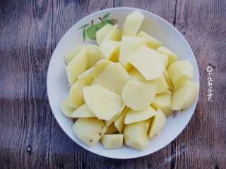 回锅香辣土豆块,土豆洗净,削皮,切成滚刀块
