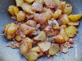 回锅香辣土豆块,后调入花椒粉、辣椒粉、孜然粉,盐,一勺味极鲜拌匀即可!