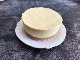 芒果慕斯蛋糕,脱模的时候可以捂热毛巾,或者用吹风机对着模具吹一圈就可以轻松脱模