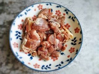 红焖羊肉,羊肉洗干净切成块备用。