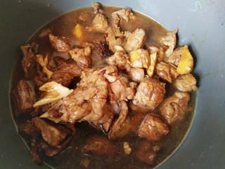 红焖羊肉,转入砂锅,加温开水