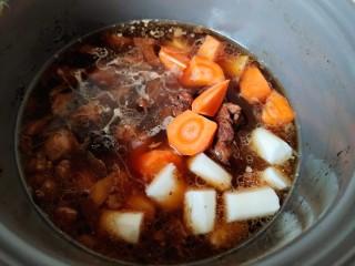 红焖羊肉,等羊肉熟透,把胡萝卜和山药放入