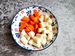 红焖羊肉,期间把山药和胡萝卜切好