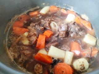 红焖羊肉,大火煮至熟透即可完成!