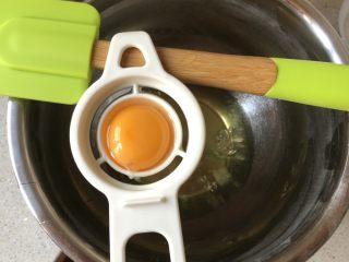 韩国草莓蛋糕,鸡蛋分离,烤盘垫油纸,其他材料备好,烤箱预热。