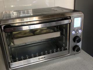 韩国草莓蛋糕,送入预热好的烤箱,中层、170度烤8-10分钟。