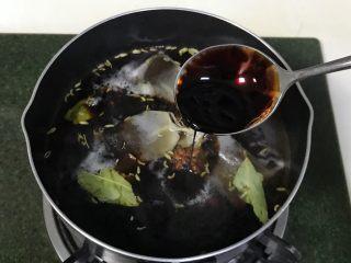 红糖茶叶蛋,加入生抽和老抽。