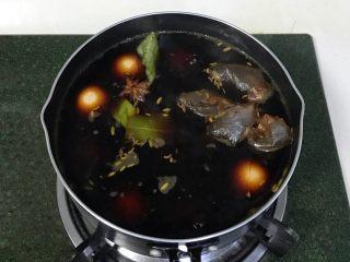 红糖茶叶蛋,加入鸡蛋煮沸,转小火继续煮半个小时关火。