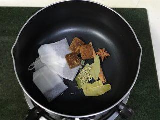 红糖茶叶蛋,锅中放入红茶包、红糖、八角、桂皮、香叶和茴香。