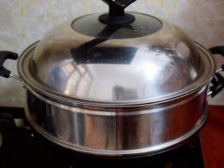 猪肠碌,锅中烧开水,等水开后,再放入锅中大火蒸十分钟即可,吃时可根据自己的口味蘸酱油或辣椒酱