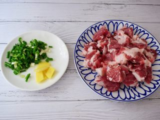 猪肠碌,猪肉洗净切成小块,姜切片,葱切葱花