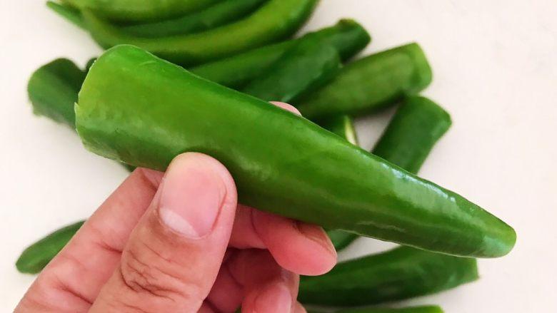 超级下饭菜  油焖尖椒,把辣椒蒂切掉
