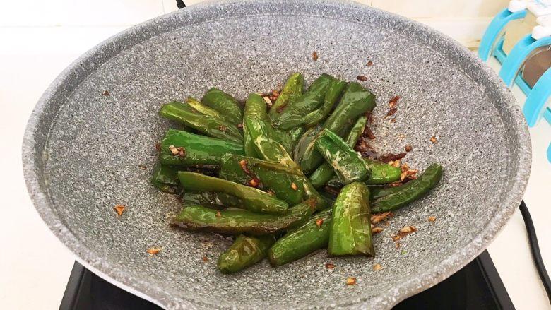 超级下饭菜  油焖尖椒,翻炒均匀,烧2分钟