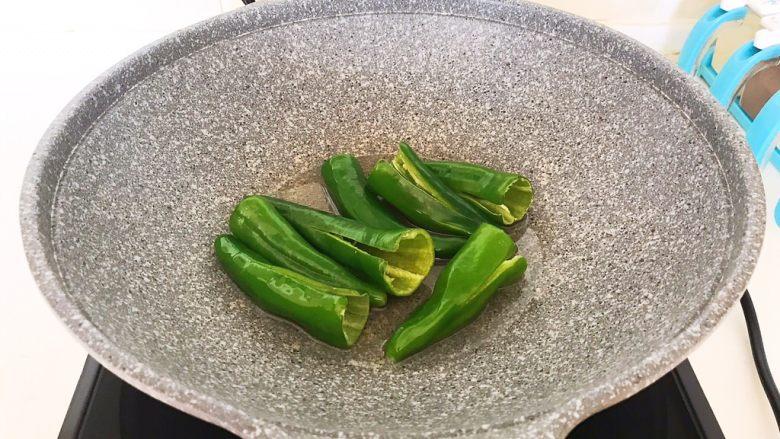 超级下饭菜  油焖尖椒,油温5分热的时候加入小辣椒,全程小火煎制