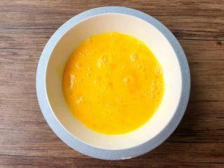 汤黄粿,把三个鸡蛋磕入碗里,用筷子搅拌成蛋液。