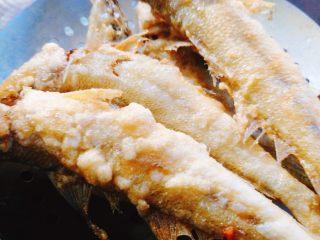 香酥沙丁鱼,沙丁鱼炸至两面金黄,控油后撒些孜然粉