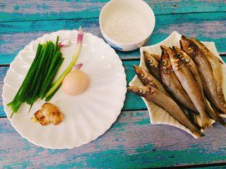 香酥沙丁鱼,食材准备好:香葱 ,姜片,沙丁鱼,淀粉,鸡蛋。