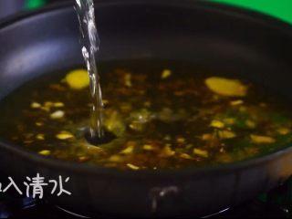 酸汤肥牛(简单版),加入清水至煮沸