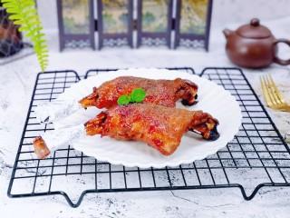 孜然烤琵琶鸭腿,烤好的鸭腿取出,包上一块锡纸,这样吃起来方便又卫生。