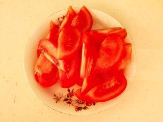 零失败的家常番茄鸡蛋面,把番茄顶部切成十字,用开水烫一下,剥皮后切成小块