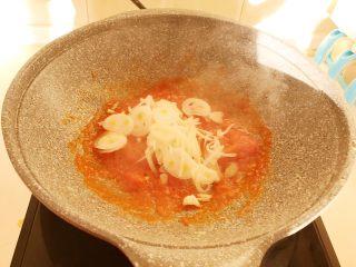 零失败的家常番茄鸡蛋面,把番茄翻炒成番茄酱后加入圆葱丝,翻炒均匀