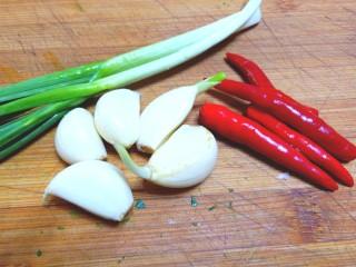 凉拌荠荠菜,蒜苗,蒜,小米辣,都洗净,蒜苗,米辣切碎,蒜剁成泥。