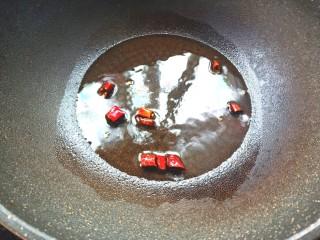 凉拌荠荠菜,起锅烧油,放入少许干辣椒爆香