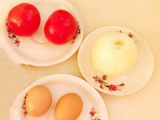 10分钟快手菜  番茄炒蛋,准备食材,把番茄清洗干净,圆葱剥皮,鸡蛋清洗干净