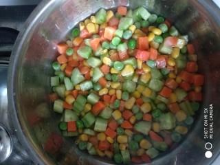 什锦蔬菜,甜玉米粒,青豆粒,胡萝卜丁,黄瓜丁焯水备用