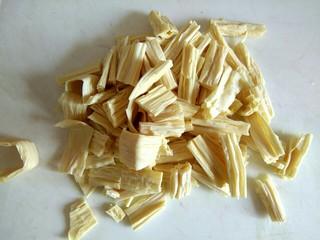 腐竹黄瓜炒火腿,切成小段