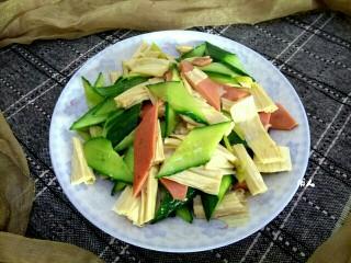 腐竹黄瓜炒火腿,盛盘,可以滴入适量香油调味