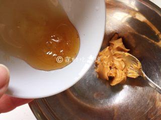 燕麦花生酱小小酥,蜂蜜加入花生酱中。