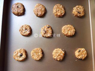 燕麦花生酱小小酥,这个小饼很随意的,稍稍整形就可以了,不一定要弄得很圆或很方。