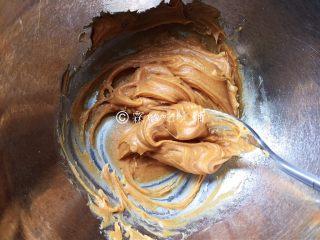 燕麦花生酱小小酥,拌匀。