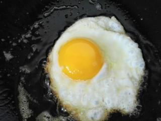 小炒荷包蛋,锅内放油烧热放入鸡蛋