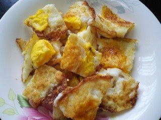 小炒荷包蛋,三个鸡蛋全部煎好切成块状