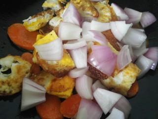 小炒荷包蛋,翻炒一会之后加入洋葱一同翻炒