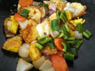 小炒荷包蛋,翻炒均匀加入青椒(喜欢吃辣的可以用辣椒代替)