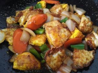 小炒荷包蛋,炒致青椒断生荷包蛋入味即可出锅