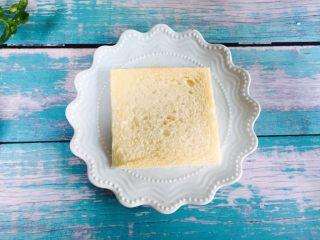 爆浆芒果酸奶吐司,取一片吐司放在盘子上