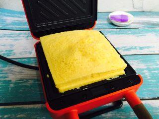 爆浆芒果酸奶吐司,待指示灯熄灭后放入吐司