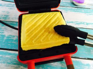 爆浆芒果酸奶吐司,盖上盖子烤三分钟(时间到指示灯会熄灭)待时间到后打开盖子香味扑鼻而来😍