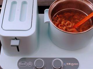 桃花虾爆韭菜,大火煮沸后,看见桃花虾变成红色即可关火,捞出沥干水份备用。