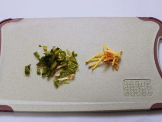 桃花虾爆韭菜,葱姜用刀切成丝。