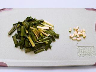 桃花虾爆韭菜,把韭菜摘洗干净后用刀先切去根部不要,再把韭菜切段备用。